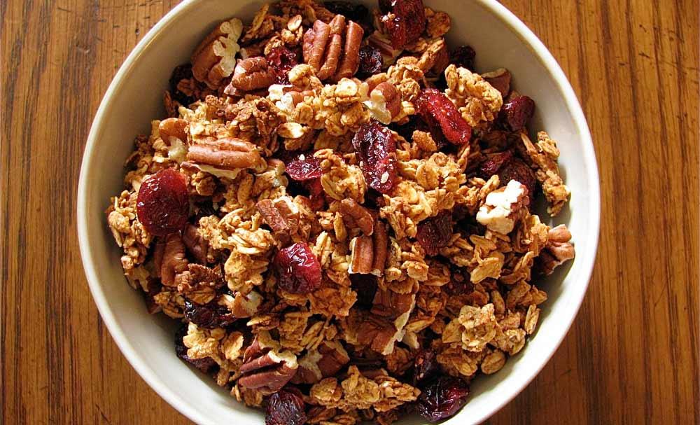 Mistura de cereais, grãos, frutas e oleaginosas, granola proporciona muitos benefícios à saúde.